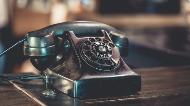 Viejo telefono negro en el escritorio de madera