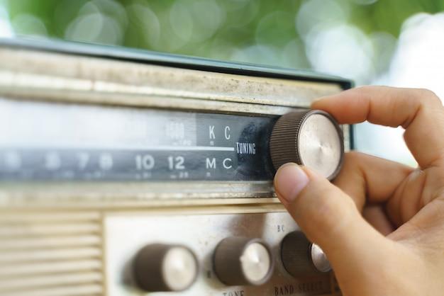 Viejo transmisor de radio analógico portátil o pequeño