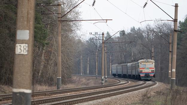 El viejo tren oxidado de la unión soviética todavía se está utilizando para comunicaciones suburbanas.