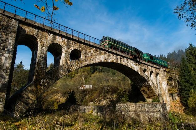 Viejo viaducto cruce ferroviario en vorokhta ucrania cárpatos