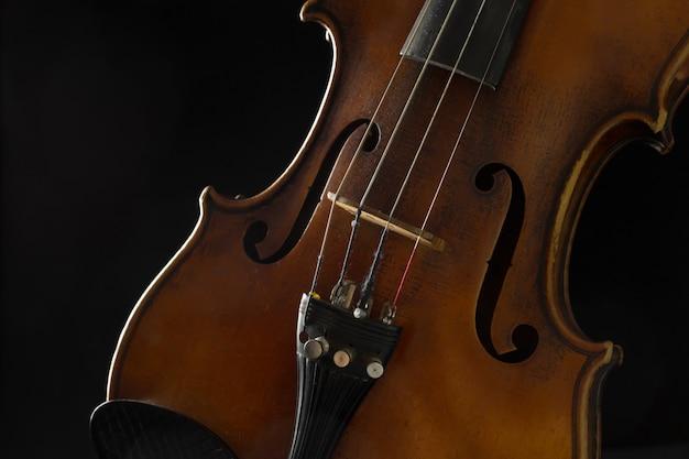 Viejo violín en un negro