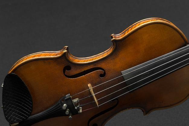 Viejo violín sobre un fondo negro