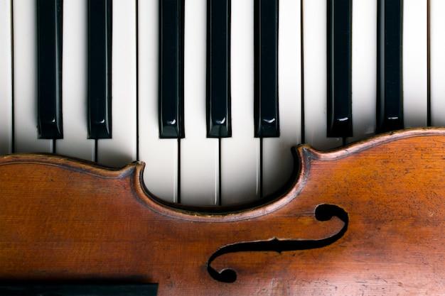 Viejo violín en teclas de piano