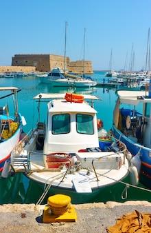 Viejos barcos de pesca en el puerto de heraklion en creta, grecia