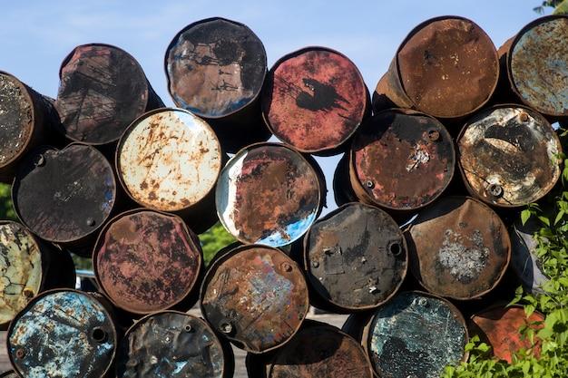 Viejos barriles vacíos de metal en el ambiente tropical.