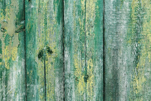 Viejos carteles de madera pintados verticalmente