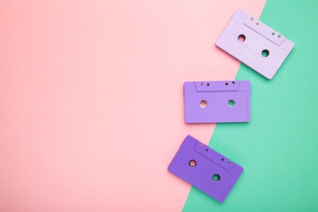 Viejos casetes de colores sobre un fondo colorido. dia de la musica
