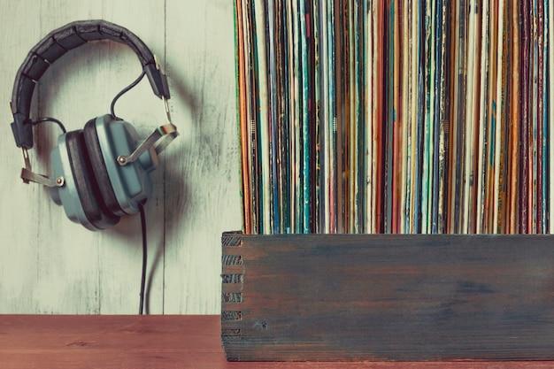 Viejos discos de vinilo y auriculares