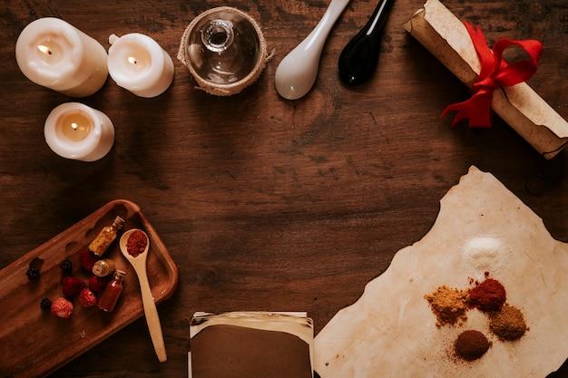 Viejos ingredientes y velas en la mesa