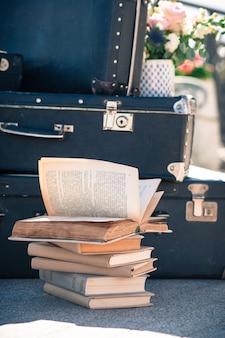 Viejos libros envejecidos en una pila