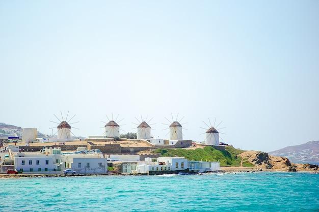 Viejos molinos de viento tradicionales sobre la ciudad de mykonos.