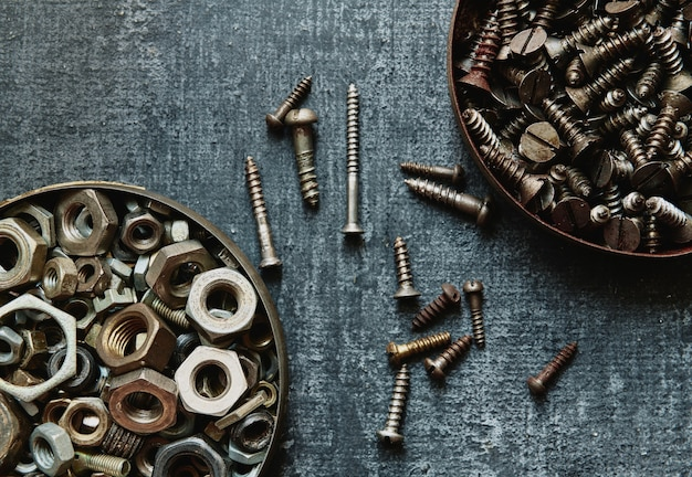 Viejos tornillos y tuercas vista superior, de cerca, estilizado