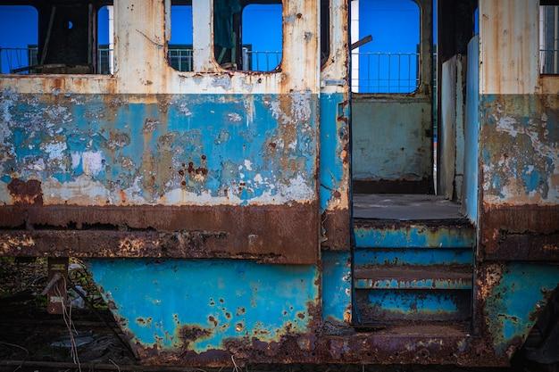 Los viejos vagones de tren en una estación abandonada.