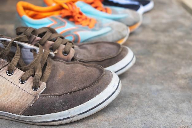 Viejos zapatos de lona en el piso