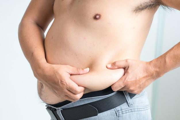 Vientre gordo. hombre con abdomen con sobrepeso