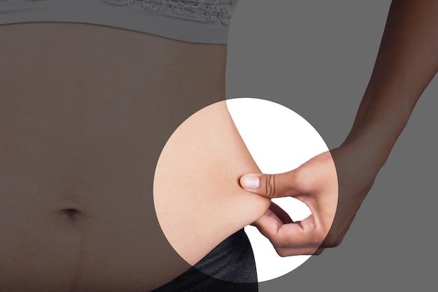 Vientre de grasa corporal de la mujer