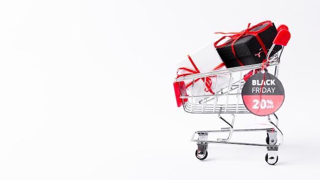 Viernes negro carrito de compras con regalos y pancarta