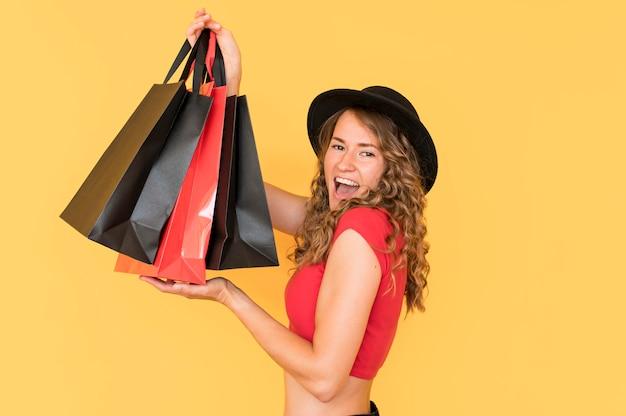 Viernes negro de compras mujer emocionada de lado
