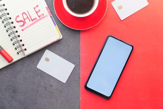Viernes negro con concepto promocional de venta con teléfonos inteligentes, tarjetas de crédito