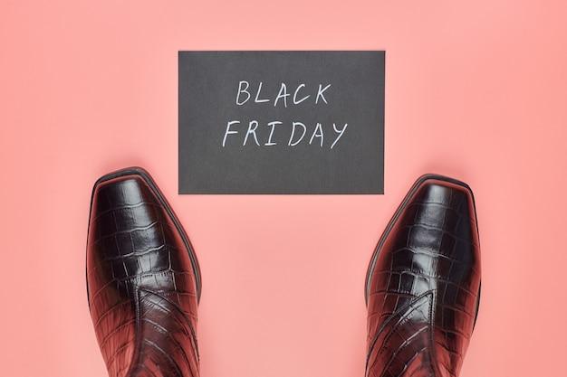 Viernes negro en concepto de tienda de zapatos. minorista de zapatos que vende botas con descuento.