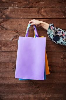 Viernes negro. mujer sosteniendo bolsas de papel en la mano. centro comercial.