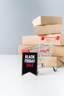 Viernes negro venta carrito de compras en frente de cajas