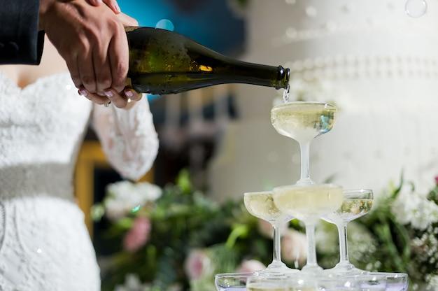 Vierta champán, copa de vino, celebración, cena
