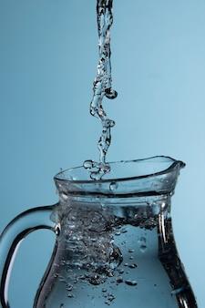 Se vierte agua en una jarra