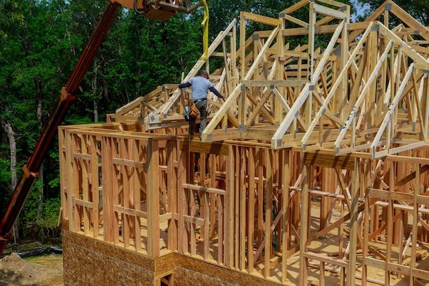 Viga enmarcada de nueva casa en construcción construcción de viga en casa