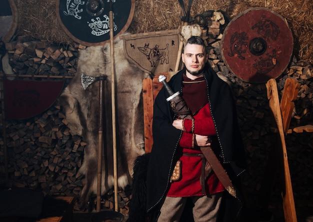 Vikingo posando contra el antiguo interior de los vikingos.