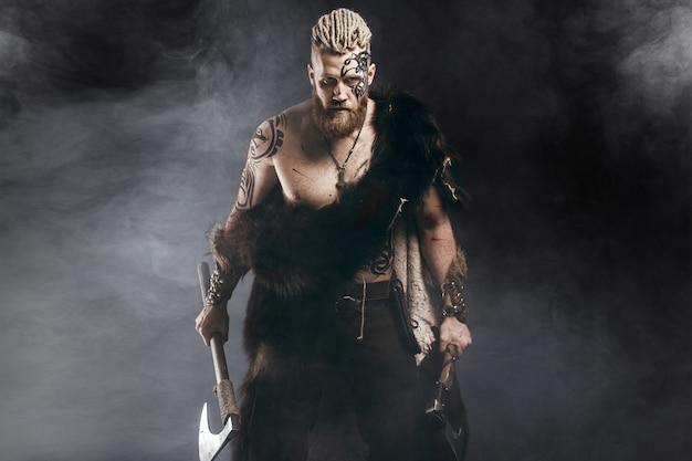 Vikingo vestido con la piel de un oso con un hacha