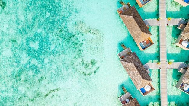 Villa de agua de vista superior aérea en la isla de maldivas