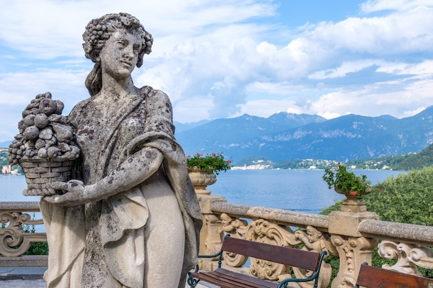 Villa balbianello patio con hermosa estatua
