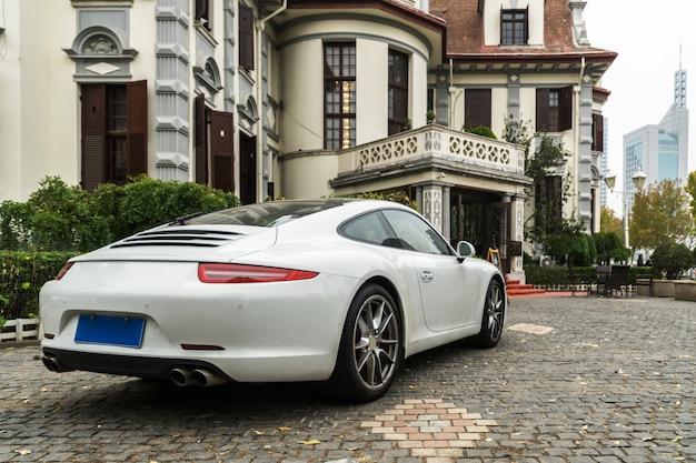 Villas de lujo y coches deportivos blancos.