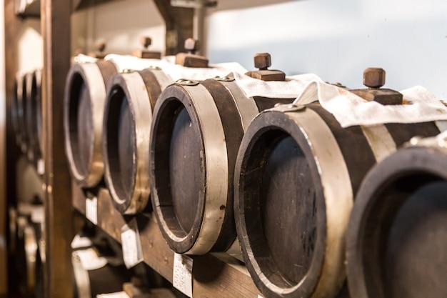 Vinagre balsámico barriles de madera de almacenamiento y envejecimiento.