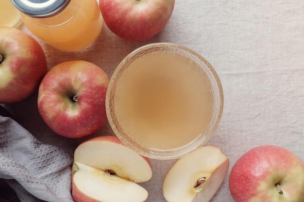 Vinagre de sidra de manzana con la madre en un recipiente de vidrio, alimentos probióticos para la salud intestinal