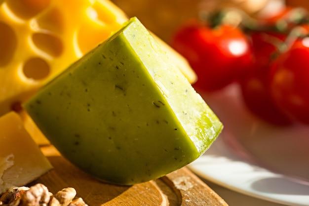 Vino, baguette y queso en madera.