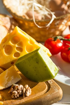 Vino, baguette y queso en mesa de madera