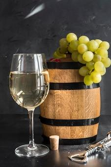 Vino blanco, botella y barril