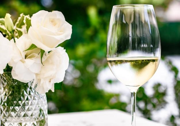 Vino blanco en restaurante de lujo en la terraza del jardín de verano experiencia de cata de vinos en bodega en el vi ...
