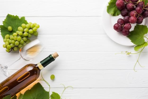 Vino blanco seco y uvas rojas.