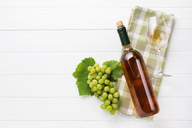Vino blanco seco con uvas.