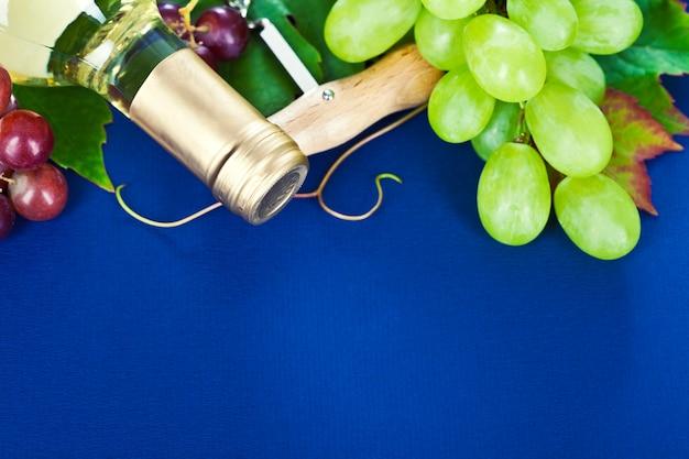 Vino blanco y uva fresca