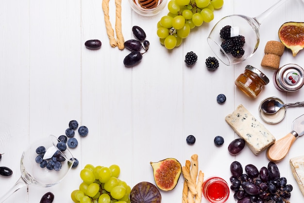 Vino blanco, uva, pan, miel y queso.