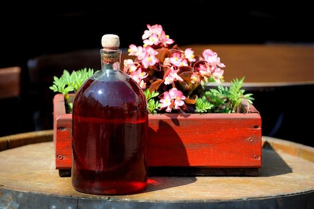 Vino en botellas viejas en un barril