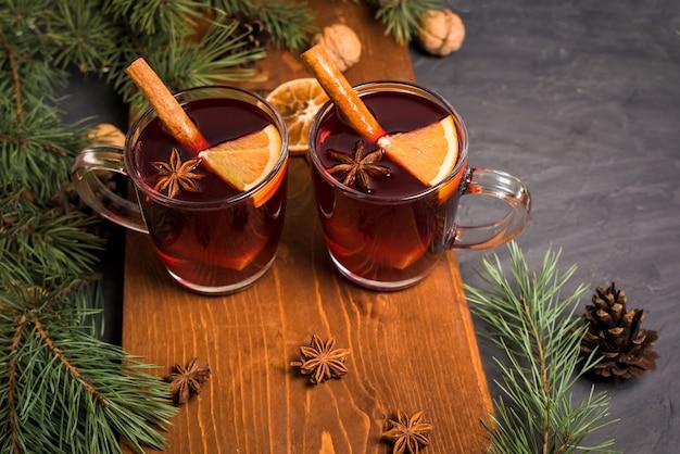 Vino caliente caliente de navidad con cardamomo, canela y anís