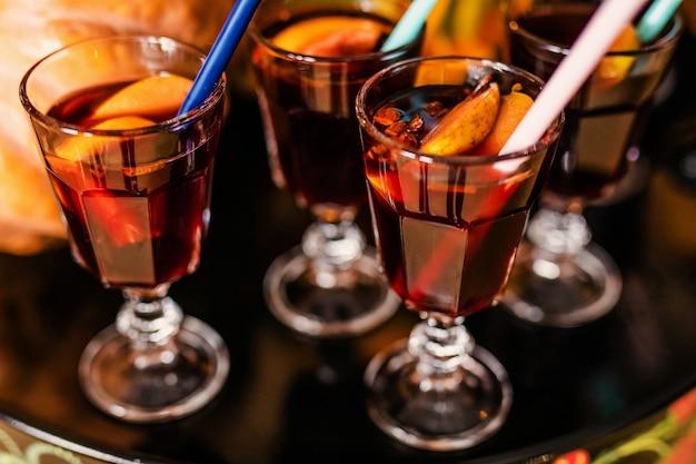 Vino caliente con canela y naranjas para la celebración de halloween