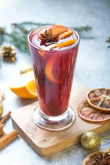 Vino caliente de navidad deliciosas vacaciones como fiestas con especias de anís estrellado de canela y naranja.