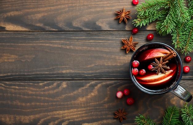 Vino caliente de navidad con manzana y arándanos