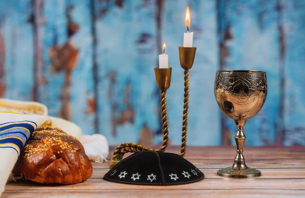 Vino challah casero fresco y velas para el sábado santo